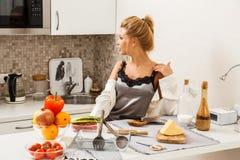 Belle fille dedans  cuisine Photos libres de droits