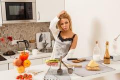 Belle fille dedans  cuisine Images libres de droits