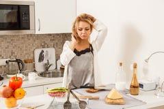 Belle fille dedans  cuisine Photographie stock