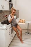 Belle fille dedans  cuisine Photographie stock libre de droits