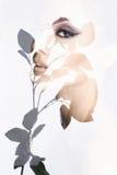 Belle fille derrière la fleur photos stock