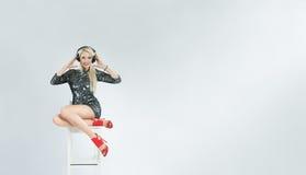 Belle fille DJ avec des écouteurs Photographie stock libre de droits