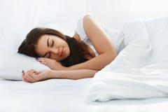 Belle fille dormant dans la chambre à coucher Image libre de droits