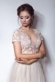 Belle fille douce mignonne avec une belle jeune mariée avec des coiffures lumineuses de mariage de soirée de maquillage dans la r photographie stock libre de droits