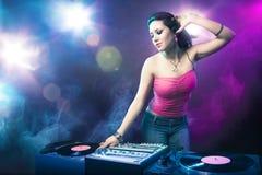 Belle fille du DJ au club Photographie stock libre de droits