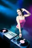 Belle fille du DJ au club Photo stock