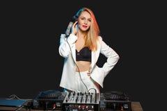 Belle fille du DJ de blonde sur des plate-formes - la partie image libre de droits