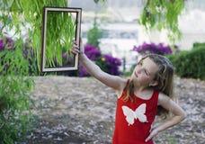 Belle fille effectuant la verticale de l'eucalyptus Photo libre de droits