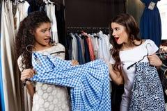 Belle fille emportant la robe d'un autre dans le mail Photo libre de droits