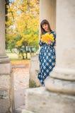 Belle fille en automne de parc photo libre de droits