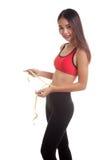 Belle fille en bonne santé asiatique mesurant sa taille Photos stock