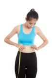 Belle fille en bonne santé asiatique mesurant sa taille Photos libres de droits