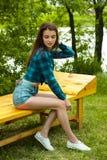 Belle fille en bref et chemise posant dehors Image libre de droits