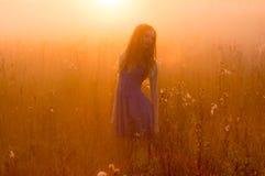 Belle fille en brouillard Image stock