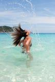 Belle fille en eau de mer Images stock