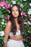 Belle fille en fleurs Photographie stock libre de droits