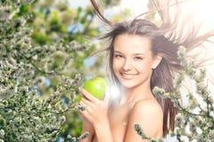 Belle fille en fleurs lilas Image stock