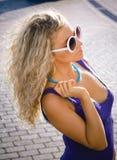 Belle fille en glaces de soleil Image stock