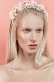 Belle fille en guirlande de fleurs Photographie stock libre de droits
