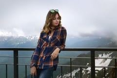 Belle fille en montagnes Photos libres de droits