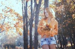 Belle fille en parc Photo stock