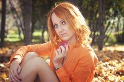 Belle fille en parc Photos libres de droits