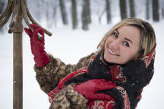 Belle fille en parc en hiver, fille dans un manteau de fourrure Photo libre de droits