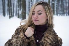 Belle fille en parc en hiver, fille dans un manteau de fourrure Photos libres de droits