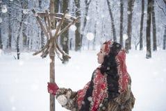 Belle fille en parc en hiver, fille dans un manteau de fourrure Photos stock