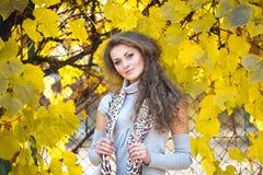 Belle fille en stationnement d'automne Photo libre de droits