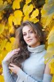 Belle fille en stationnement d'automne Photo stock