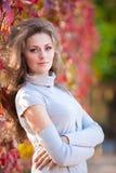 Belle fille en stationnement d'automne Photographie stock