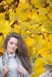Belle fille en stationnement d'automne Photographie stock libre de droits