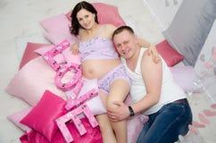 Fille enceinte et son ami Image libre de droits