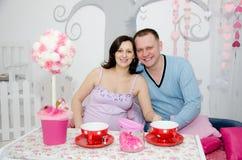 Fille enceinte et son ami Images stock