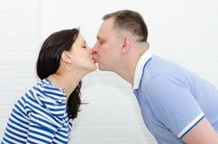Fille enceinte et son ami Photographie stock libre de droits