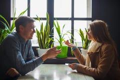 Belle fille et homme attirant parlant dans le café Images libres de droits