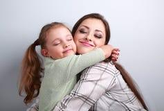Belle fille et mère d'enfant étreignant avec apprécier vrai fermé Photos libres de droits