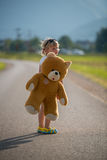 Belle fille et son ours de nounours images stock