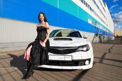 Belle fille et voiture de sport blanche élégante Images libres de droits