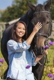 Belle fille eurasienne asiatique menant son cheval Photographie stock