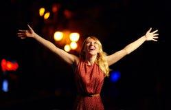 Belle fille exprimant le bonheur, ville de nuit Images libres de droits