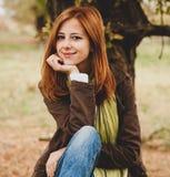 Belle fille ? ext?rieur dans le temps d'automne photo libre de droits