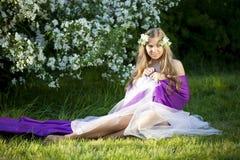 Belle fille féerique dans un jardin fleurissant Photographie stock libre de droits