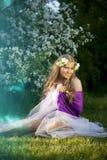 Belle fille féerique dans un jardin fleurissant Image stock
