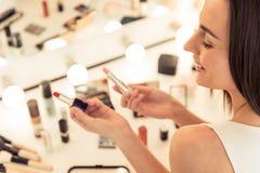 Belle fille faisant le maquillage Photographie stock libre de droits