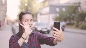 Belle fille faisant le selfie tout en marchant autour de la ville clips vidéos