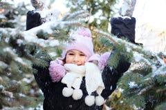 Belle fille gaie dans le chapeau pourpre d'hiver Photographie stock libre de droits