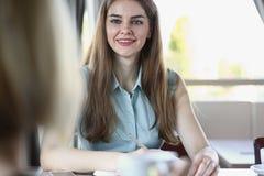 Belle fille gaie de sourire sur le lieu de travail Image stock