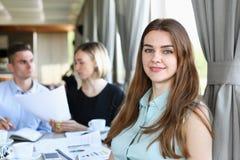 Belle fille gaie de sourire sur le lieu de travail Photographie stock libre de droits